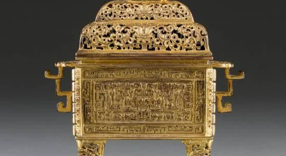 KAISERLICHER WEIHRAUCHBRENNER MIT BUDDHISTISCHEM LÖWEN, China, 18. Jh., Bronze, vergoldet, H. 21 cm, Limit 8.000,- €