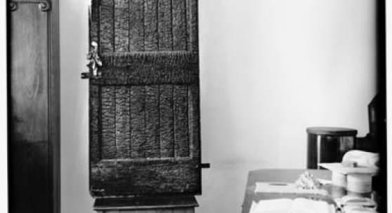 Eva Beuys-Wurmbach, verbrannte Tür, Schnabel und Hasenohren 1953, Installation des Objekts von Joseph Beuys auf dem Nähtisch im Raum Drakeplatz 4, undatiert