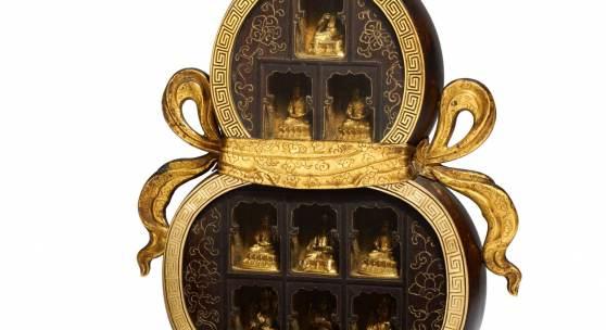 Schrein mit neun buddhistischen Figuren  China | Sino-tibetisch | Späte Qing-Dynastie Figuren aus vergoldeter Bronze, Gehäuse aus Holz | Höhe: 31cm  Ergebnis: 116.100 Euro