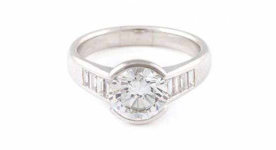 DIAMANT-RING, Weißgold. Ringmaß ca. 62, ein Brillant, ca. 3,10 ct., acht Diamanten im Baguetteschliff, zusammen ca. 0,4 ct. Limit 9.000,- €