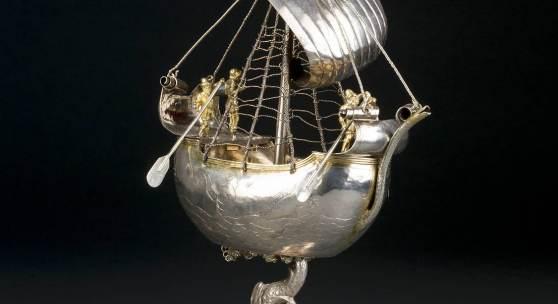 PRUNKVOLLER SILBERPOKAL IN FORM EINES SCHIFFES, Silber, getrieben, teils vergoldet. Höhe ca. 32,5 cm, 427 g, Stadt Ulm, Meister 'BS', um 1570. Limit: 35.000,- €