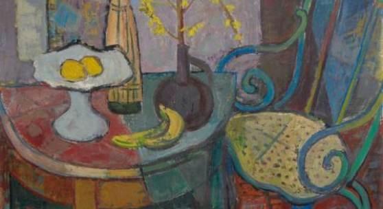 """62  Hans Jüchser """"St.[illeben] mit Forsythienzweig"""". 1958.  Öl auf Hartfaser. Signiert """"Jüchser"""" sowie datiert u.li. Verso betitelt und datiert. Im breiten Holzrahmen gerahmt. Nicht im WVZ Schmidt.  Hans Jüchser hat einmal gesagt, dass ein Bild eine Welt ist, """"die eigenen Gesetzen, den Bildgesetzen, unterliegt."""" In der vorliegenden Atelierdarstellung gibt uns der Maler einen wunderbaren Einblick in diese Welt: Es ist der Beginn des Frühlings - eine Zeit des Wachsens und Erwachens. Entsprechend lebt das Motiv vom impulsiven Raumempfinden des Malers und einer unverkrampften Bildfindung. So haben manche Partien etwas Kubistisches, ohne den Formen ihre Spontaneität zu nehmen. Die Farbigkeit spielt dabei eine nicht minder wichtige Rolle. Der Stuhl am rechten Bildrand wirkt durch die roten und blauen Nuancen fast noch lebendiger als die Früchte und die Forsythie auf dem Tisch. Das Bild kündet mit einer ihm ganz eigenen Poesie von der bevorstehenden Jahreszeit. 62,6 x 82,8 cm, Ra. 77 x 96,5 cm.11000"""