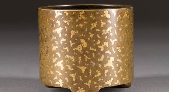 FEINER WEIHRAUCHBRENNER, China, wohl 19. Jh., Bronze mit gold splash. H. 9 cm. Provenienz: Alte Hamburger Privatsammlung. Erlös 15.600,- €