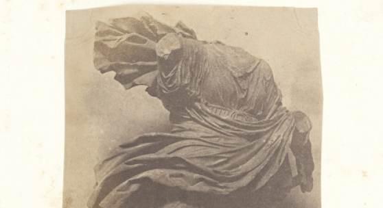 Giacomo Caneva (1813–1865), Niobide Chiaramonti  (Vatikan, Museo Chiaramonti), um 1850/52 Salzpapier von einem Papiernegativ, 20,8 x 13,1 cm Inv. Nr. DS 1209