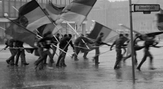 Harald Hauswald, Fahnenflucht, 1. Mai-Demonstration, Alexanderplatz, Mitte, Berlin, 1987 © Harald Hauswald/OSTKREUZ/Bundesstiftung Aufarbeitung