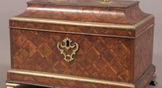 Museale Rokoko-Schatulle, Abraham Roentgen Werkstatt, Neuwied um 1750/60. Unrestaurierter, originaler Patinazustand.  Artikel-Nr. 6031 Ausruf € 3800