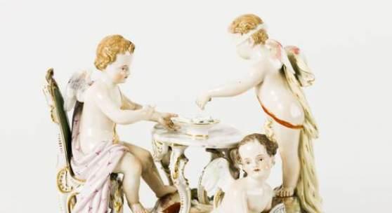 636 Amor bei der Lotterie Auf rocailliertem, goldstaffiertem Sockel, zwei Amoretten an  einem Tisch stehend, aus einer Schale Lose ziehend, zu ihren  Füßen sitzende Amorette mit aufgeschlagenem Buch, in der rechten  Hand einen Federkiel haltend (kleiner Finger der rechten Hand  der sitzenden Amorette fehlt). Feine, polychrome Malerei. Unter  dem Boden unterglasurblaue Schwertermarke Meissen, um 1860,  gegenüberliegend 2215 nummeriert (geritzt), daneben schwarze  Malermarke BL. H. 19 cm, B. 23 cm. (4347002)600,-- EURO