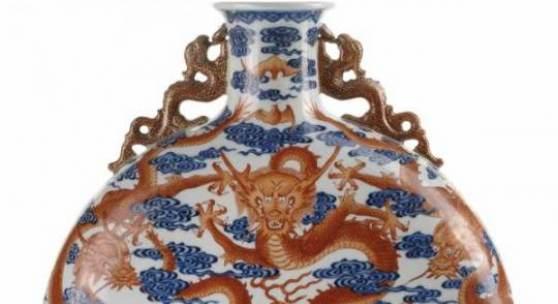 Pilgerflasche der Qianlong-Zeit, dekoriert mit eisenroten Drachen zwischen blauen Wellen und seitlichen Handhaben in Form von Drachen (chilong), netto 1 Mill. € bewilligt.