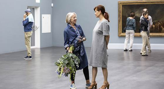 Die 25'000ste Besucherin Regina Kieffer-Jakob in der Ausstellung Turner. Das Meer und die Alpen, Foto: Patrick Hürlimann