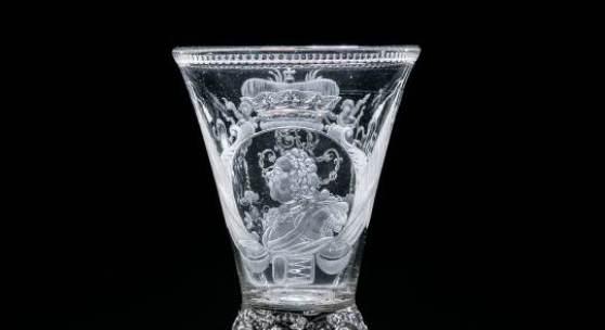 133 - Bedeutender Pokal mit dem Brustbildnis von Ludwig Rudolf, Herzog von Braunschwei Auktion: 233 - Privatsammlung  Glashütte Emden, Schnitt Heinrich Balthasar Sang, um 1730 Katalogpreis: 10.000 - 15.000 €
