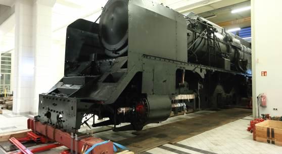 Die Lok 12.10 wird durch die TMW-Schlosserei in die Schausammlung des Museum gebracht. (c) Technisches Museum Wien
