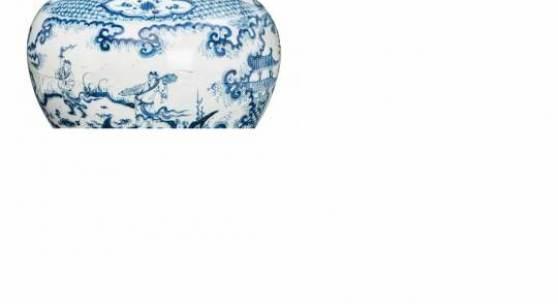 Bedeutende blau-weiße Guan-Vase China, Ming-Dynastie 15. Jh. Porzellan, unterglasurblau bemalt. Limit 50.000 €