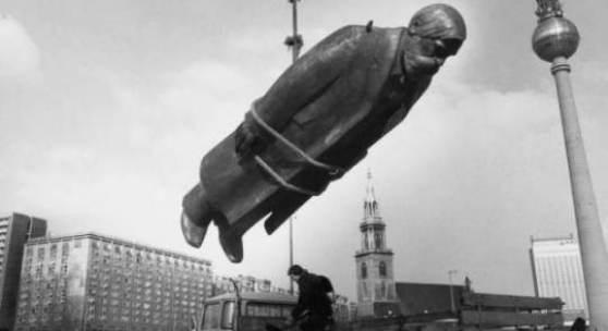 Sibylle Bergemann Das Denkmal, East Berlin, 1986 Silbergelatineabzug, 50 x 60 cm Sibylle Bergmann/Ostkreuz Agentur der Fotografen, Berlin © 2010 Sibylle Bergmann/Ostkreuz Agentur der Fotografen, Berlin