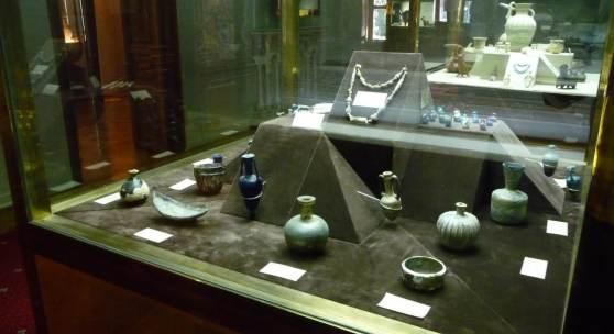 <p>Glas und Keramik Museum, Ausstellungsvitrine - verschiedene Gef&auml;&szlig;e. Bildmaterial: www.nirupars.com</p>