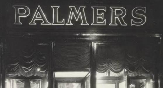 Postkarte mit Nachtansicht einer Auslage der Fa. Palmers, 1950er Jahre Copyright: Wien Museum