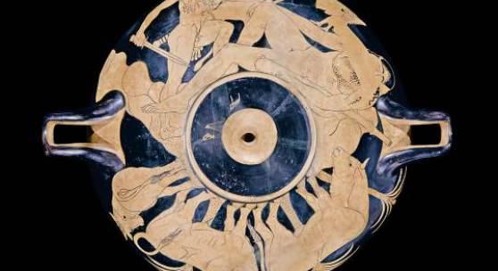 Blick von unten: Herakles fällt über den schlafenden Giganten Alkyoneus her.