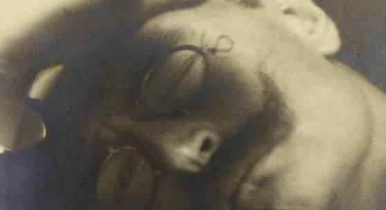 Foto: Carl Friedrich Bandelow (1870–1923), Selbstbildnis, 1902, Silbergelatinepapier, 15,6 x 17 cm, Foto: © Museum für Kunst und Gewerbe Hamburg