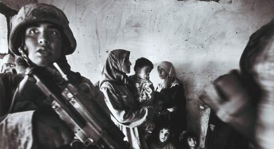 Anja Niedringhaus Amerikanische Marineinfanteristen führen eine Razzia im Haus eines irakischen Abgeordneten im Stadtteil Abu Ghraib durch; Bagdad, Irak, November 2004 Pigmentdruck auf Barytpapier 29,7 x 42 cm Kunstpalast © picture alliance / AP Images