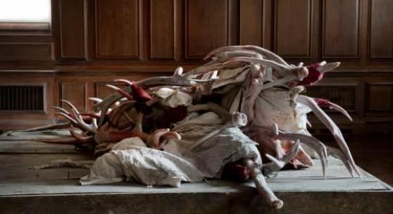 Berlinde De Bruyckere, Actaeon III (London), 2012,  Wachs, Holz, Epoxidharz, Eisengestell, Textilien; 120 x 214 x 277 cm, Courtesy der Künstlerin und Hauser & Wirth, Foto: Mirjam Devriendt