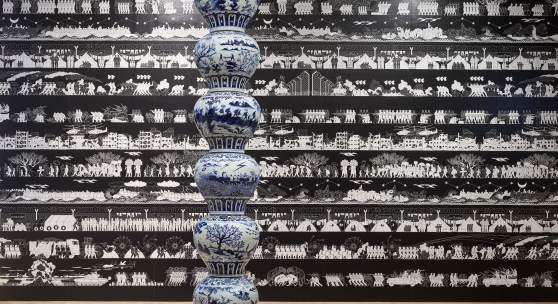 Installationsansicht, Ai Weiwei, Odyssey, 2016 und Stacked Porcelain Vases as a Pillar, 2017, Foto: Achim Kukulies
