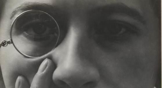 Aenne Biermann, Dame mit Monokel, 1928/29 Silbergelatine-Abzug, 17 x 12,6 cm Foto: Sibylle Forster Stiftung Ann und Jürgen Wilde, Pinakothek der Moderne, München