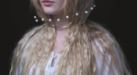 Amelie trägt einen Perlenreif von Kerstin Mayer Foto René Arnold