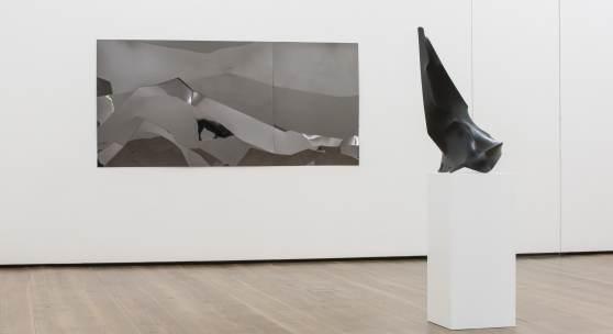 """Axel Anklam, """"Schneeland"""" (2017) und im Vordergrund """"Wand"""" (2015). Foto: © VG Bild-Kunst, Bonn 2018 & Museum Art.Plus/Art.Plus Foundation"""