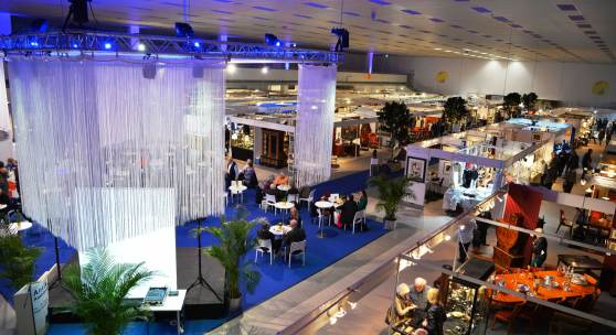 ((Bild Antik & Ambiente Überblick; Bildnachweis: Messe Sindelfingen)): Barock und Co. trifft auf modernes Design und aktuelle Wohnästhetik: Die neue Antik & Ambiente wurde am Donnerstagabend eröffnet.