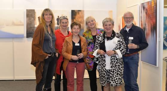 ((Bild Atelier TonArt; Bildnachweis: Messe Sindelfingen)): Aus der Schweiz zur ARTe angereist: Die Galerie Atelier TonArt, geführt von Inge Louven (2. von rechts).