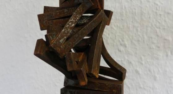 Arbeit 27: Thomas Röthel, Drehung, Stahl auf Steinsockel, 2020, Höhe 35 cm. 1.980 €