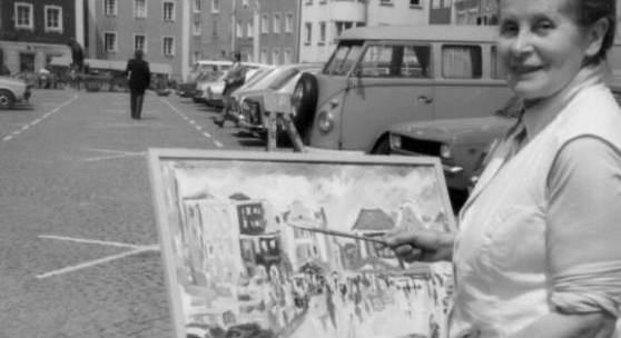 Johanna Dorn auf dem Stadtplatz in Schärding, um 1975 / Foto: Sammlung Fam. Fladerer, Archiv Wiesner, beide Wernstein am Inn
