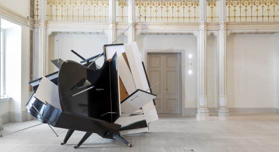 Sebastian Kuhn, Polyrhythmik Walkabout, 2008, 2 Konzertflügel, 1 Kurzflügel u.a. Materialien, 320 x 280 x 490 cm, Copyright: VG Bild-Kunst, Bonn 2016 & Museum Art.Plus