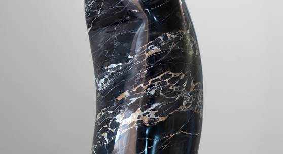 Bildcredit: Erwin Wurm, Respect, 2020, Marble, 70 x Ø 28 cm. © Erwin Wurm / Bildrecht, Wien 2021, Photo: Studio Erwin Wurm