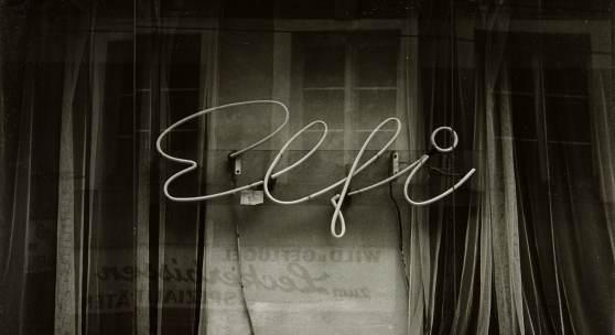 Bodo Hell Elfie, 1983, aus der Serie Stadtschrift, Silbergelatineabzug, Fotosammlung des Bundes am Museum der Moderne Salzburg, © Bodo Hell / Courtesy Michael Ponstingl