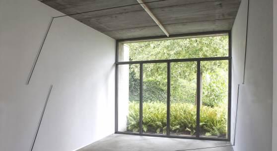 Anna-Maria Bogner, ohne Titel, 2016, Installation, Stahl und elastisches Band, 3x3,4x1,91m Foto/Credit: © Michiel Vermet,