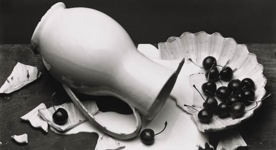 Bild: Irving Penn, The Spilled Cream, New York, 1980. Platinum-palladium print, 1981, 29 x 48,9 cm (11,43 x 19,25 in), Ed. of 58. © The Irving Penn Foundation.