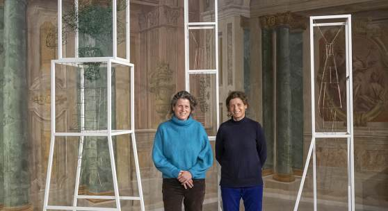 Christine und Irene Hohenbüchler vor ihren Objekten in der Carlone Contemporary Ausstellung im Oberen Belvedere  Foto: Johannes Stoll / Belvedere, Wien