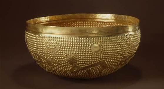 Die Goldschale. Zürich-Altstetten (ZH) Zwischen 1500 und 1000 v. Chr. Die Schale wurde 1906 bei Eisenbahnbauarbeiten gefunden und wiegt 910 g. Sie ist eines der schwersten bisher in Europa gefundenen Goldgefässe. © Schweizerisches Nationalmuseum