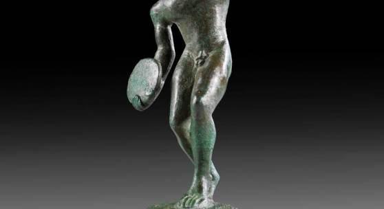 Diskobol. Etruskisch, 2. Viertel 5. Jh. v. Chr. H 8cm. Bronzevollguss. Nackter Knabe mit langem Haar, Aufrufpreis:28.000 EUR