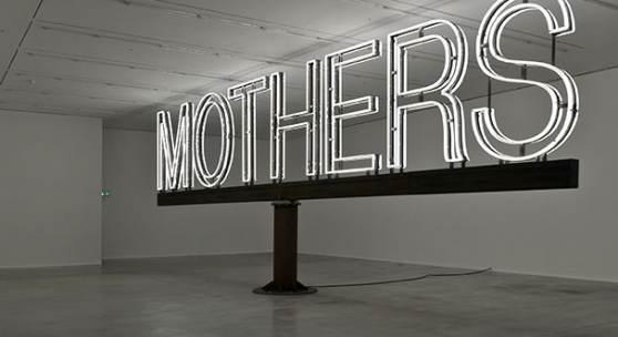 Abb.: Martin Creed, Work No. 1092, Mothers, 2011; Weiße Neonschrift, Foto: Hugo Glendinning