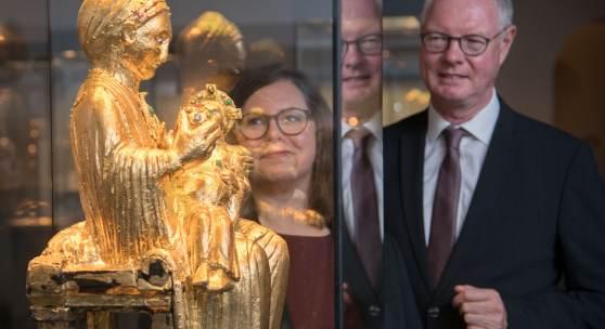 Andrea Wegener, Leiterin des Domschatzes, und Dompropst Thomas Zander vor der Kopie der Goldenen Madonna. Foto: Oliver Müller | Bistum Essen