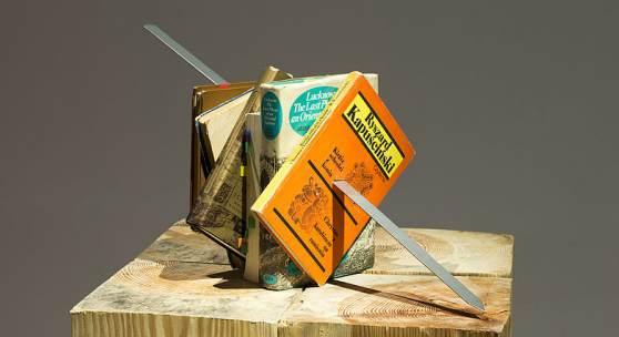 Slavs and Tatars, Kitab Kebab (Kapuscinski-Orbellani), 2012 Bücher, auf Metall gespießt / books, metal skewered, ca. 50 x 50 x 50 cm