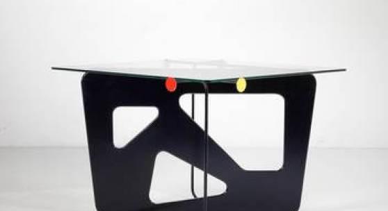 """""""Santiago""""-Tisch, Entwurf Mathieu Matégot, 1954/55, Metallrohr, Metallbech, geschnitten, schwarz lackiert ,rot und gelb lackierte Metallscheiben, Glasplatte. Dieses Modell wurde nur zwei mal ausgeführt und die Edition nicht ausgeschöpft, als die Societé Matégot 1962 schloss. Schätzwert € 40.000 - 60.000"""