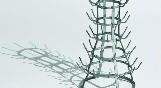 arcel Duchamp: Flaschentrockner, Ready-Made: Stahl, verzinkt, 1964 (Replik des Originals von 1914, angefertigt unter der Aufsicht von M. Duchamp. Ex. 1/8), Staatsgalerie Stuttgart © Association Marcel Duchamp / VG Bild-Kunst, Bonn 2017