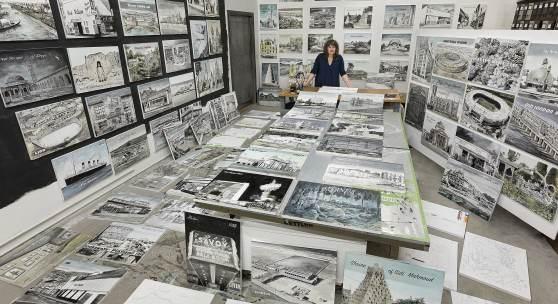 Ellen Harvey in ihrem Studio mit Arbeiten aus der Serie The Disappointed Tourist (in Arbeit), 2020, Foto: Etienne Frossard