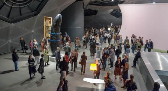 """Eröffnung der Ausstellung """"Fußballgroßer Tonklumpen auf hellblauem Autodach"""", Foto: Universalmuseum Joanneum/N. Lackner"""
