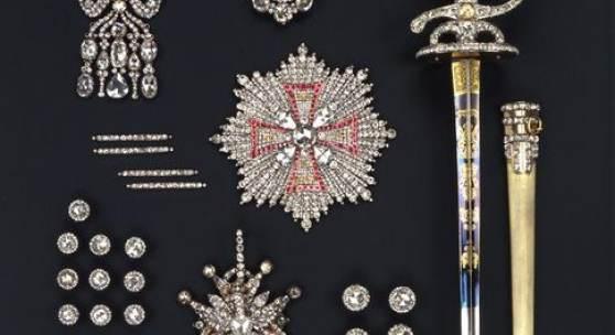 """Juweleninventar von 1719 als """"große Rauten Garnitur"""" überliefert  bestehend aus: zehn Rock- und zehn Westknöpfen (1753), einem Bruststern des Polnischen Weißen Adler-Ordens (1753), einem Kleinod des Polnischen Weißen Adler-Ordens (1782-1789), zwei gewölbten Schuhschnallen (1782-1789), zwei Knieschnallen (1782-1789), einer Hutagraffe (1782-1789), vier Schnuren zur Hutagraffe (1782-1789), einer großen Diamantrose, einer Epaulette (1782-1789), einem Degen mit Scheide (1782-1789)"""