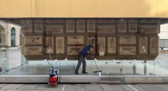 Peter Sandbichler  mind the crap shrine Karton Holz 787 x 278 x 475 cm Artbox Museumsquartier Wien 2017