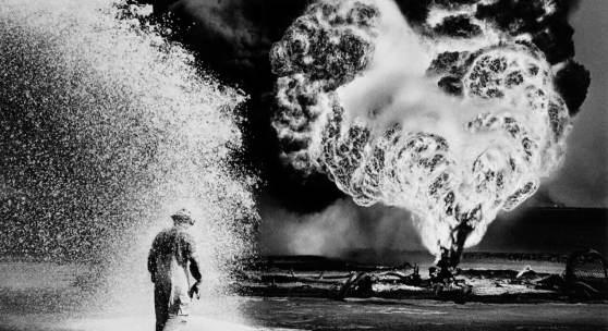 Sebastião Salgado: Fireball, Greater Burhan Oil Field, Kuwait 1991, Foto auf Fotopapier glänzend, später Druck, signiert, ca. 23 x 32 auf 30 x 40 cm