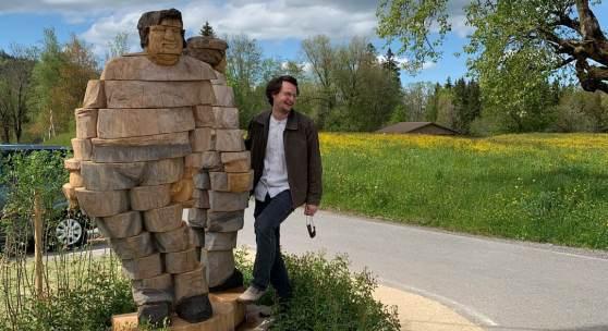 """Daniel Züsli bei seiner Skulptur """"Wohin?"""" im Schützen, Unterägeri."""